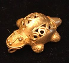 A rare Tumbaga Gold , zoomorphic , Colombian Tairona - 32 x 12 x 24 mm , 9,7  grams, A pendant of a Turtle