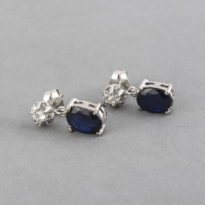 18 kt white gold earrings with brilliant cut diamonds and oval cabochon cut sapphires