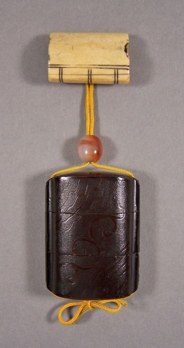 A lacquer ware on wood ('urushi') 'inrō' with a staghorn 'netsuke' and a glass 'ojime' - Japan - 1800-1850 (Edo period)