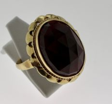 14 kt yellow gold ring inlaid with garnet, ring size 17