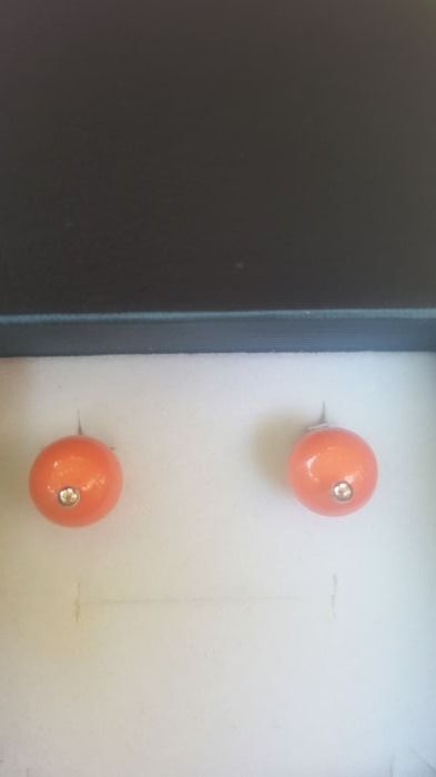 Pair of 18 kt white gold earrings with coral paste – Diameter: approximately 1 cm.