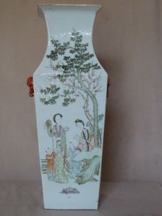 Large square shaped Famille rose vase - China - late 19th Century