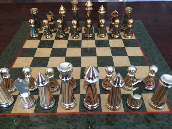 Particularly beautiful Italian chess game with board, the pieces are made of metal, silver- and gold-coloured.