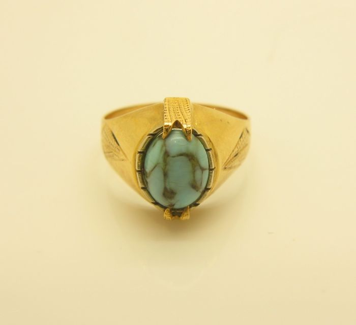 Lovely chevalier ring from the 1950s/60s in 18 kt yellow gold, with 1 cabochon cut oval turquoise, approx. 8 x 6 mm
