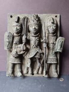 Monumental plaque of an OBA-king with followers, bronze - BENIN - Nigeria, region Benin city.