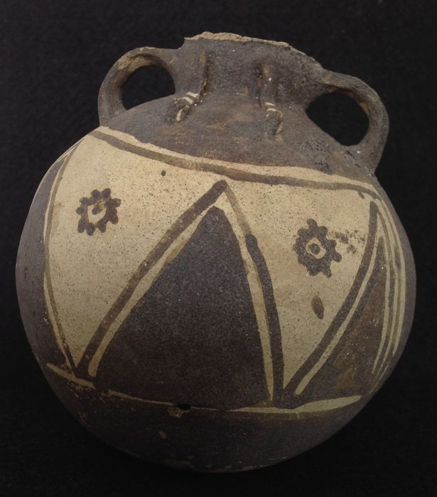 Pre-Columbian Chancay vase with loop handles and a reclining animal on top - Peru - 14 cm