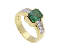 18 kt Gold ring with emerald and diamonds – size 17 ½