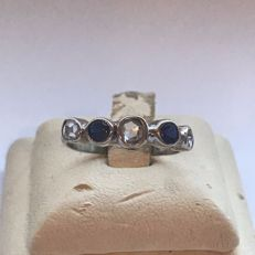 14 kt white gold women's ring with brilliant cut diamonds and sapphires; ring size: