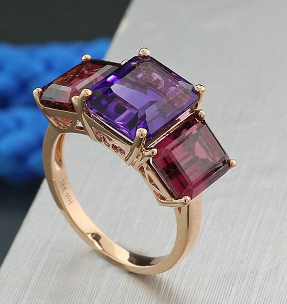 Intensely colourful rhodolite amethyst ring weighing a total of 10.51 ct, 750 rose gold – ring size: 56