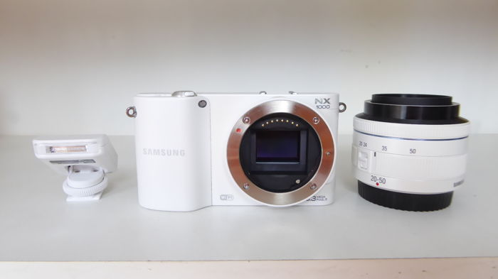 Samsung NX1000 system camera with 20-50 lens and flash
