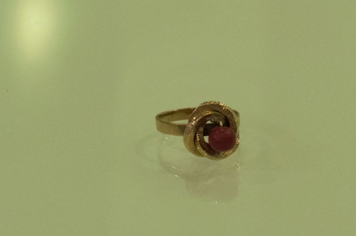 18 kt gold ring with garnet - Size: 16