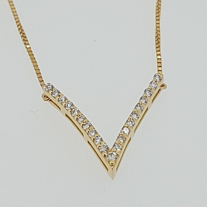 V-shaped diamond  0,215ct necklace with built in box link - 40 cm in total. 0,215ct
