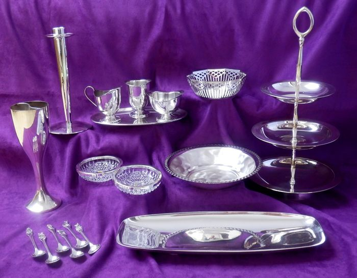 Lot of 19 silver plated objects.
