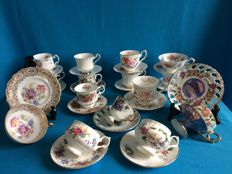 Lot with thirty pieces, cups and saucers, mostly English porcelain
