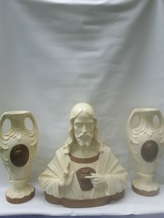Jesus sculpture with two accessory vases.