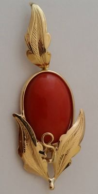 Pendant in 18 kt yellow gold with coral Weight: 7.67 g