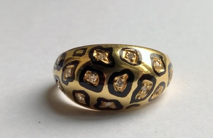 Ring in 18 kt yellow gold ornamented with enamel and diamonds between 0.30 and 0.40 ct - Size 55.