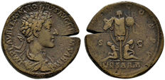 Roman Empire - Commodus caesar (177-180 A.D.) bronce sestertius (26,20 g., 31 mm). Rome mint.  TR P II COS P P,. DE SARM in exergue, trophy and captives.