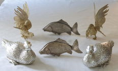 6 table centrepieces, featuring a pair of gold-coloured gamecocks - two silver-plated fish napkin holders - two silver-coloured ducks