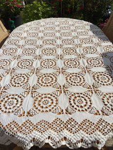 Large ecru cotton crochet tablecloth [bedspread]. 185/175 cm.