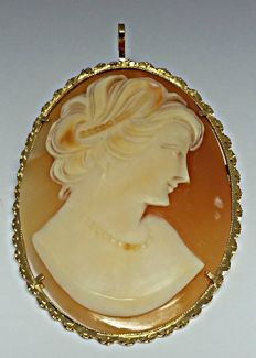 Cameo brooch pendant, 18 kt gold – Length including bail, 55 mm.