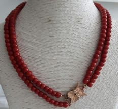 Necklace with double strand of precious coral and gold clasp, ± 1867