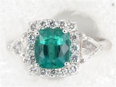 Gold ring with an emerald certified by IGI Antwerp, diamonds VS-G – Size 55