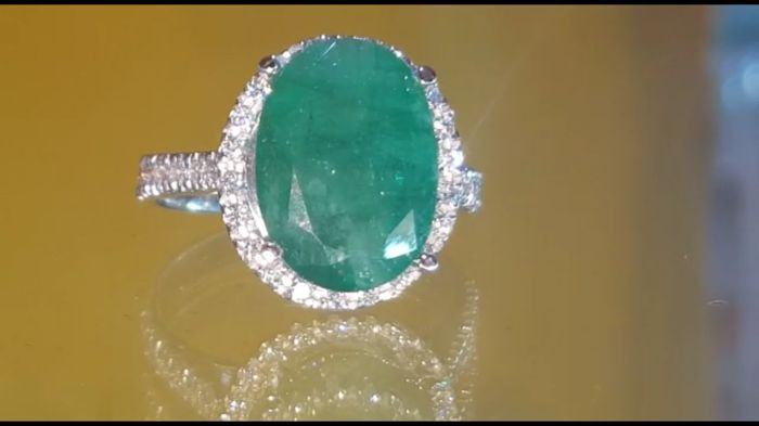 18 kt white gold ring with 5.28 ct emerald and 0.70 ct diamonds