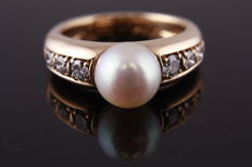 Women's ring, 18 kt yellow gold with cultured pearl and 6 brilliant cut diamonds.