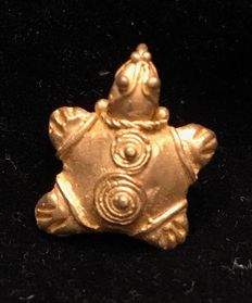A little Tumbaga Gold zoomorphic, Colombian Tairona Culture  - 9 x 15 x 4 mm , 4,6  grams, A pendant of a turtle