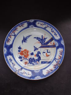 Large Imari platter, cuckoo inside and outside of a House – China – 18th century