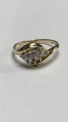 Gold ring with 8 diamonds in a white gold setting.  Ring size: 17 (53)