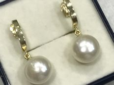 Long earrings in 18 kt gold with cultured pearl: 10 mm x 7 mm