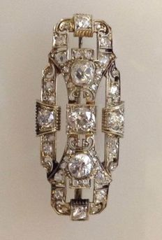 Antique Art Deco brooch with diamonds, 3 central totalling 2.70 ct.