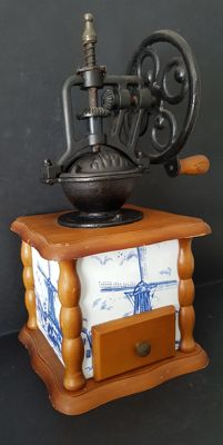 Decorated faience coffee grinder, with its wheel-shaped crank