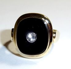 8 kt / 333 yellow gold antique ring with natural white topaz, set in black onyx, no reserve