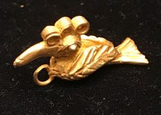 A little Tumbaga Gold artifact , Colombian Tairona Culture  - 27 x 7 x 13 mm , 4,9  grams, A pendant of a paradise´s bird