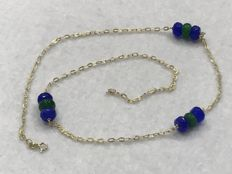 18 kt gold necklace with emerald and faceted sapphire – Length: 50 cm