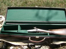 Beautiful shotgun in calibre 16 with pin in very good condition and sold with a case of time circa 1870