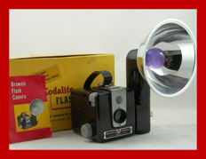 KODAK Brownie Hawkeye Camera Flash Model Camera uit 1950 / 61 met Kodalite flitser[in doos]