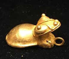 Tumbaga Gold , zoomorphic artifact , Colombian , Tairona Cultura ,   32 x 17 x 14 mm , 6,8  grams, A pendant of a puppy jaguar