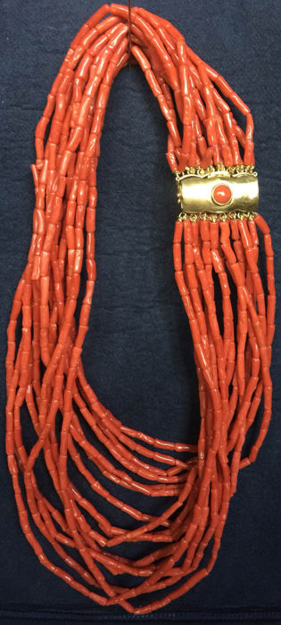 Coral necklace with 18 kt gold clasp, necklace length: