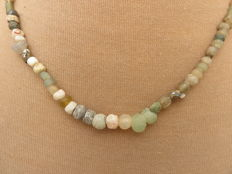 Roman Empire - Roman necklace with transparent and green iridescent glass beads - 41 cm.