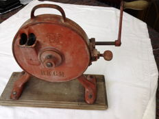 Heavy (3.9 kg) old metal runner beans mill - D.R.G.M -registered Kitchen aid from the 1920s/30s, for cutting beans twice as fast