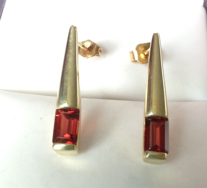 14kt Gold 1.35ct Garnet Earrings