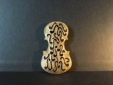 Brooch after Arman (1928-2005), violin in openworked and engraved metal.