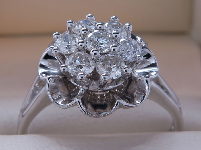 Certified white gold diamond flower entourage ring – 0.91 ct – 19.47 mm – **no reserve price**