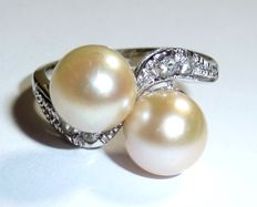Ring made of 18 kt / 750 white gold, 2 Akoya salt water pearls and 4 white topazes, ring size 49 / 15.6 mm **no reserve price**