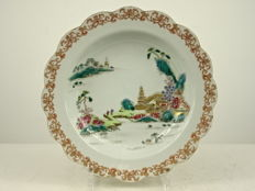 Finely painted porcelain charger - China - Qianlong period (1735-1796)