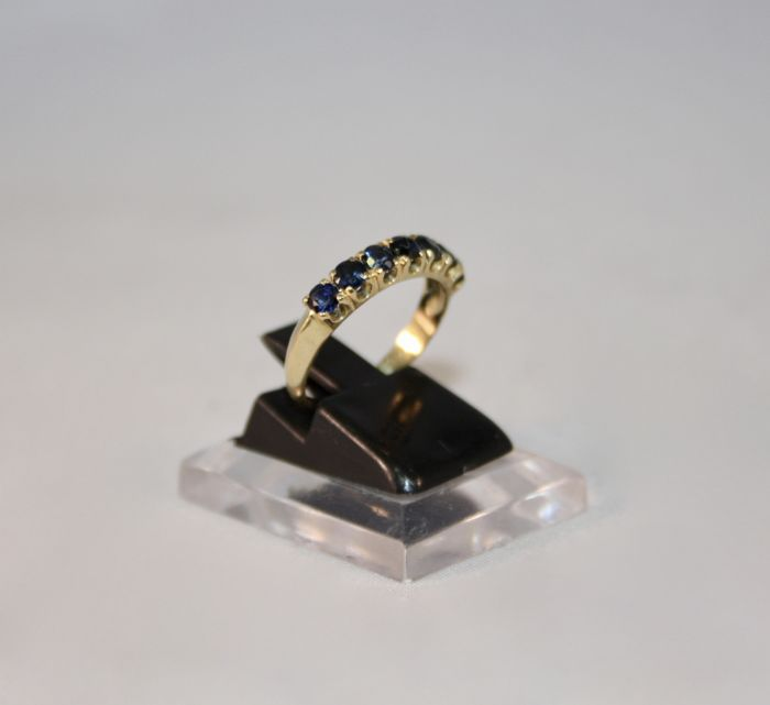 Rivière ring in 18 kt gold with 7 blue sapphires - size 53